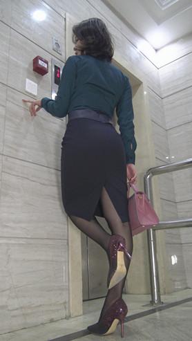 模拍黑色包臀裙职业装美女(一)[2.73G/MP4]
