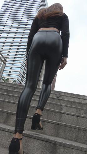 模拍漂亮的极品紧身皮裤美女(二)[1.61G/MP4]