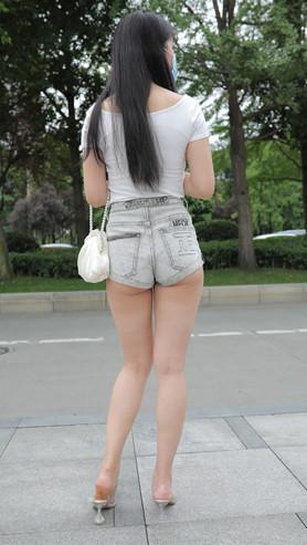 (套图)灰色牛仔月牙短裤美女(713P)[7.5G/JPG]