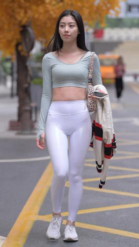 (视频)漂亮的白色紧身皮裤美女[8.88G/MP4]
