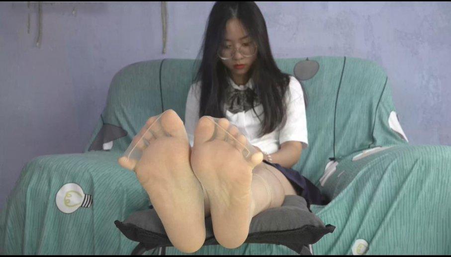 【南国足艺】05-姗姗超薄肉丝包裹着白嫩美脚,十个涂着深红脚甲油脚趾扭动着