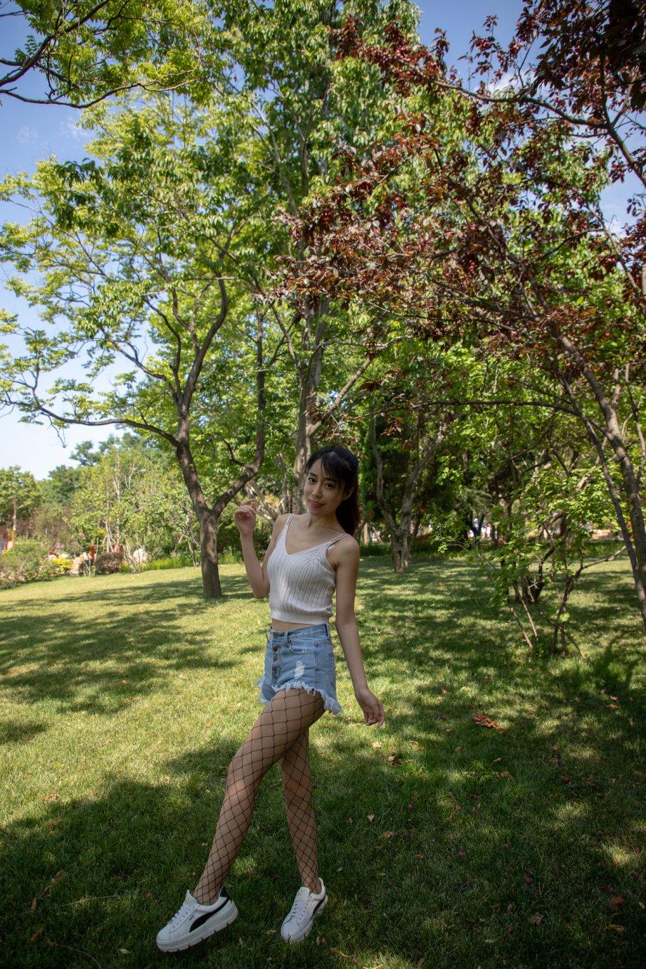 026期:小萱-白T恤与黑色渔网袜更配哦(板鞋、渔网袜)