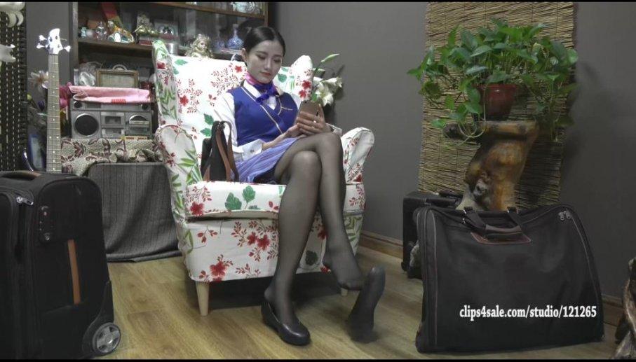 [视频] K&M 107-张胜楠穿着制服黑色裤袜的丝袜大脚晃来晃去