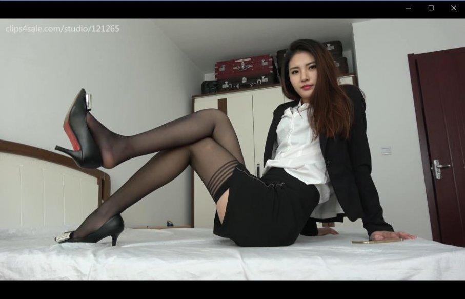 [视频] K&M 65-芮芮在床上展示性感黑丝美足